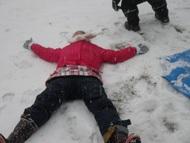 雪の上でゴロンと