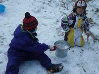 こちらは雪玉をつくって、雪合戦の準備