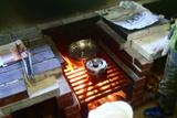 鍋と飯ごうを火にかける
