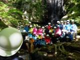 沢登り(ゴールの滝で集合写真)