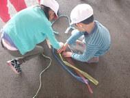 三つ編みを教わる男子
