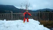 時間が余ったので雪遊び♪うわぁ~、足がはまっちゃった。