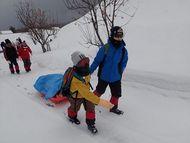 スキーやスノーシューをソリにのせて、キャンプ場まで運びました。