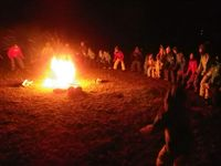 大きな火を囲んでのキャンプファイヤー